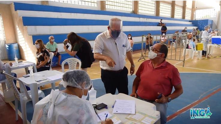 Prefeito Robério acompanha vacinação no Ginásio Municipal. Faixa etária de 65 a 69 anos